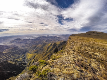 On the rim of the High Drakensberg, hiking south towards an awesome vista. Not far from the chain ladders (which take you up here) you can see the entire Drakensberg wall.